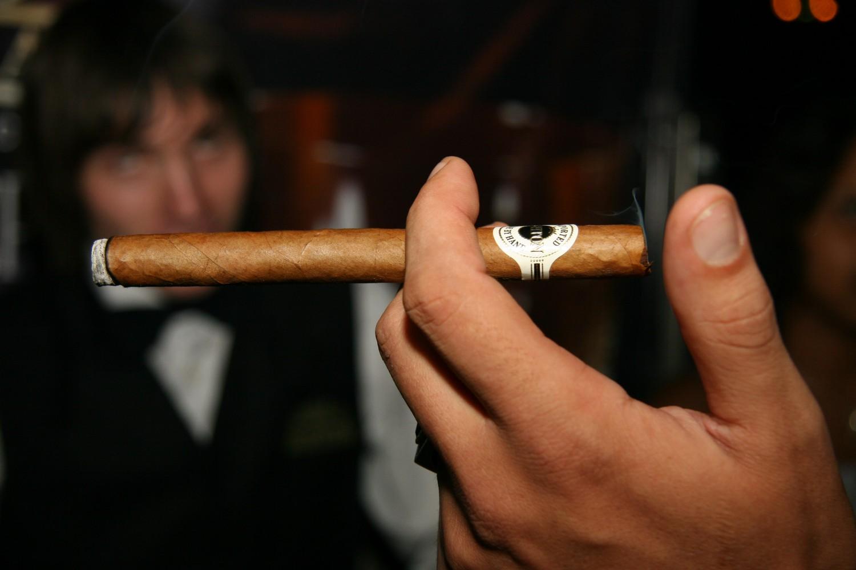 Табачные изделия не отпускаются лицам купить сигареты кэмел из сша